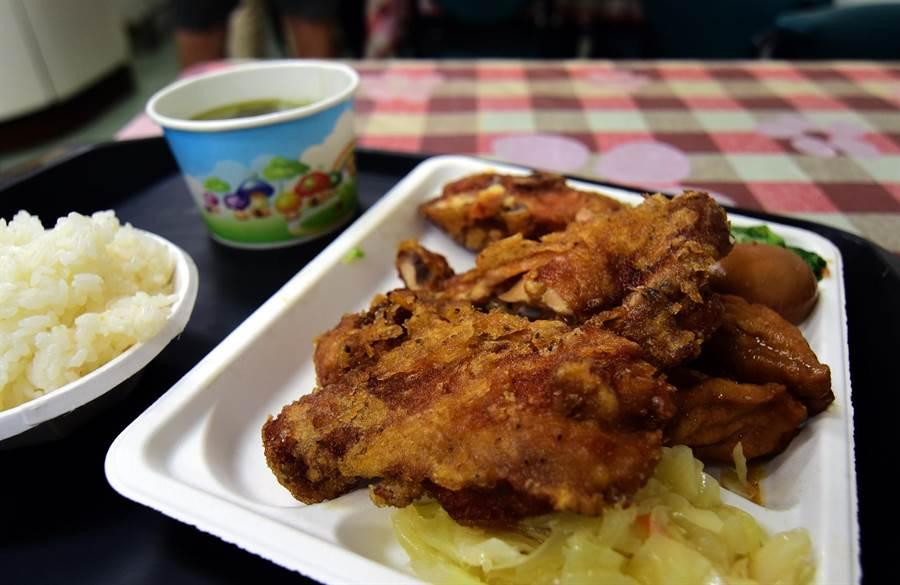 東之園草袋飯的雞腿飯是店裡的招牌。(莊哲權攝)