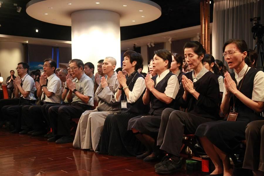慈濟基金會王端正副總、慈濟人文志業葉樹姍副執行長帶領160人祈禱。大愛電視也透過電視、網路播出祈禱影片,讓民眾能透過電視、行動裝置,在不同時間、空間,共同心念為印尼祈禱。(圖/慈濟基金會提供)