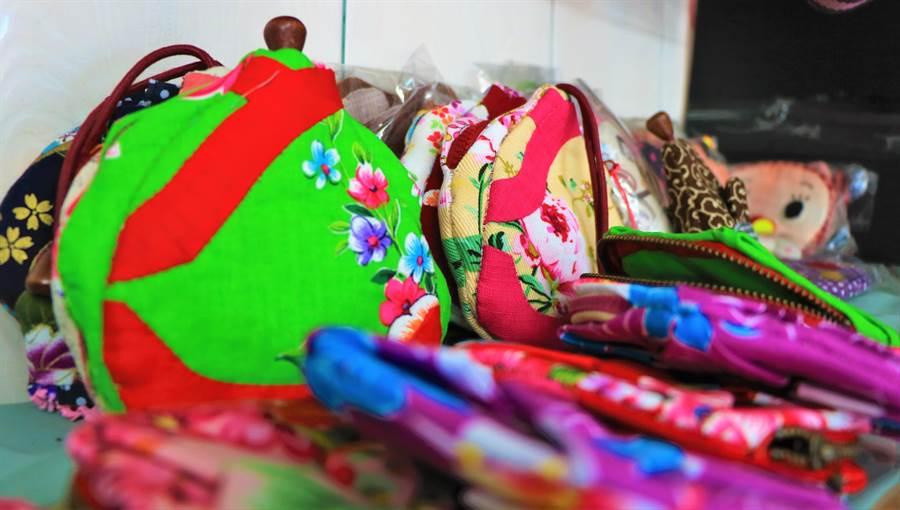 佳冬鄉「手工客家拼布達人」李金嬌,研發出一系列中國服風、摺花、魚簍等手工拼布包,訂單接得滿滿滿。(謝佳潾攝)