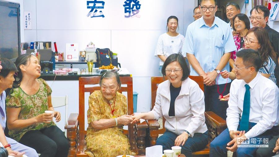 蔡英文總統(右二)9月2度來訪彰化輔選,被102歲女人瑞許黃退(左二)逗得哈哈大笑。(謝瓊雲攝)