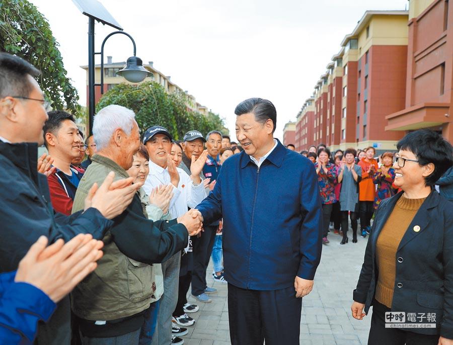 9月28日,大陸國家主席習近平(右2)在遼寧考察。圖為習近平在撫順市東華園社區與居民親切握手。(新華社)