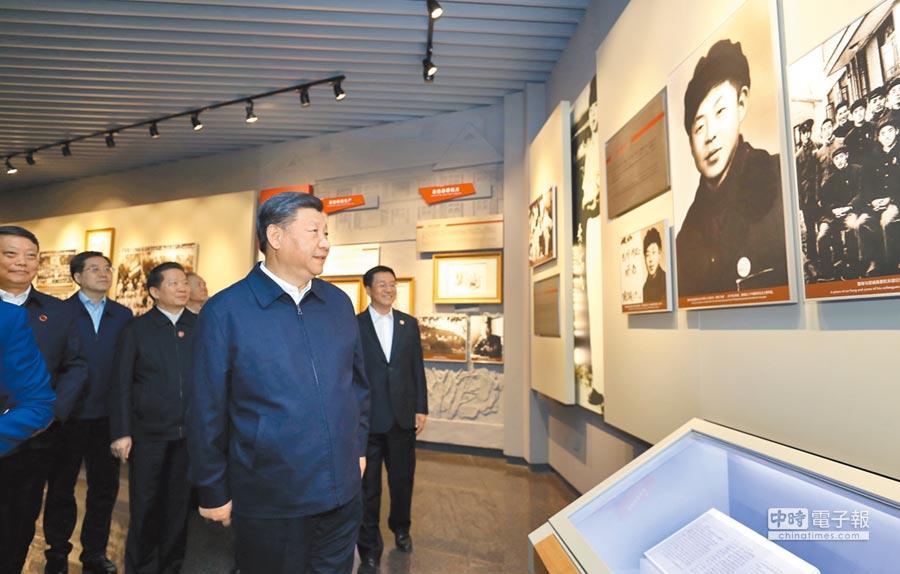 大陸國家主席習近平9月28日在撫順市參觀雷鋒紀念館。(新華社)