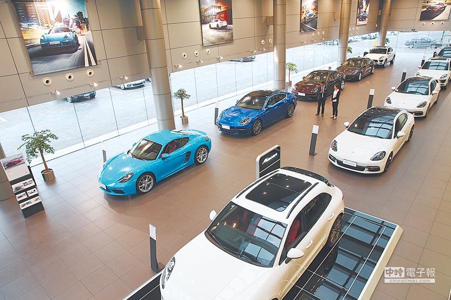 大陸降低汽車進口關稅。圖為江蘇省南通市保時捷中心進口車展廳內景。(新華社資料照片)