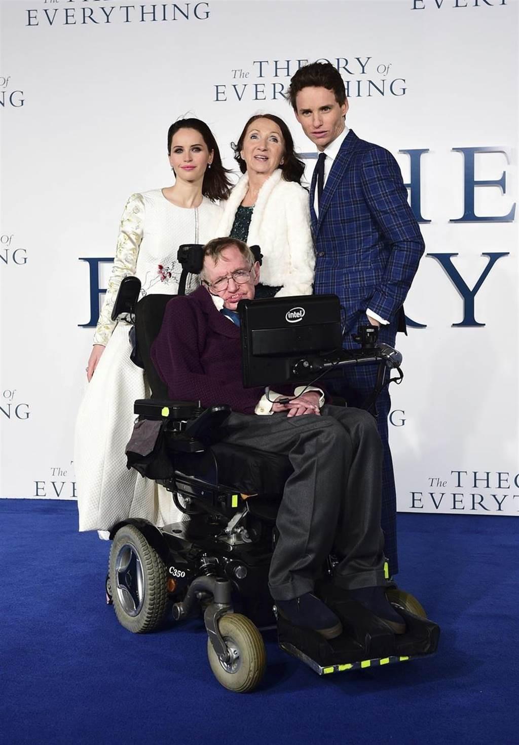 愛的萬物論於2014年上映,圖為飾演霍金與潔恩霍金的演員艾迪瑞德曼、費莉絲蒂瓊斯與本尊一同參與倫敦首映。(圖/美聯社)