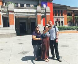 百年州廳古蹟換國旗裝 外籍朋友搶拍