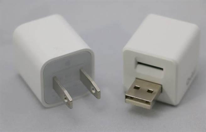 在2018未來商務展搶先亮相的Qubill備份豆腐(右),大小跟蘋果贈送的5V/1A充電轉接頭(左)很接近。還榮獲2018Computex最佳產品陪審團特別獎。是由長期研發蘋果周邊產品的Maktar品牌所研發,也通過了MFi(Made for iPhone)的官方認證。(圖/黃慧雯攝)