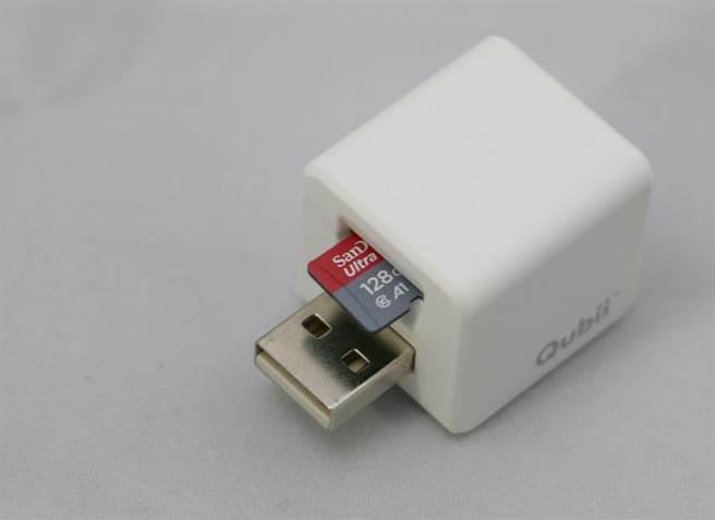 Qubii備份豆腐插上microSD記憶卡後,就完成了備份的準備工作。記憶卡插槽還有防呆設計,插錯方向將無法置入,設計上很貼心。(圖/黃慧雯攝)