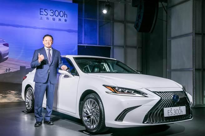 和泰車今日發表LEXUS全新ES 300h,宣布HV電池保固延長至8年。圖為和泰車總經理蘇純興。(黃琮淵攝)