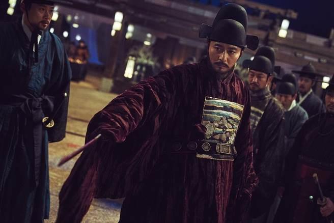張東健在新電影中大演反派,對抗男神玄彬。(圖/車庫娛樂提供)