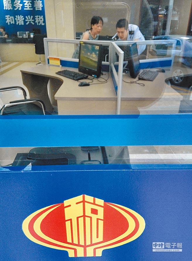 福州企業工作人員在稅務部門工作人員指導下辦理有關業務。(中新社資料照片)
