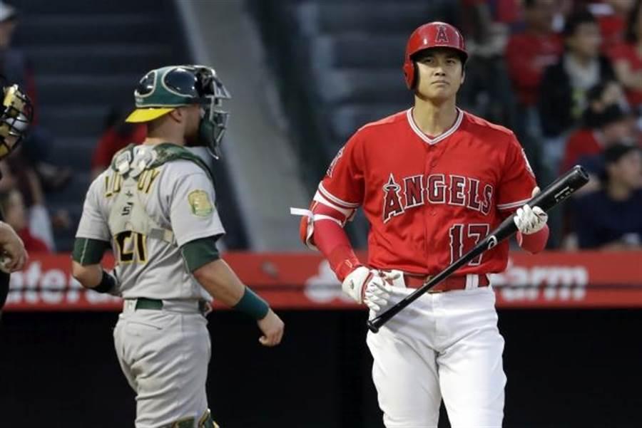 天使隊大谷翔平(右)明年球季無法投球。(美聯社資料照)