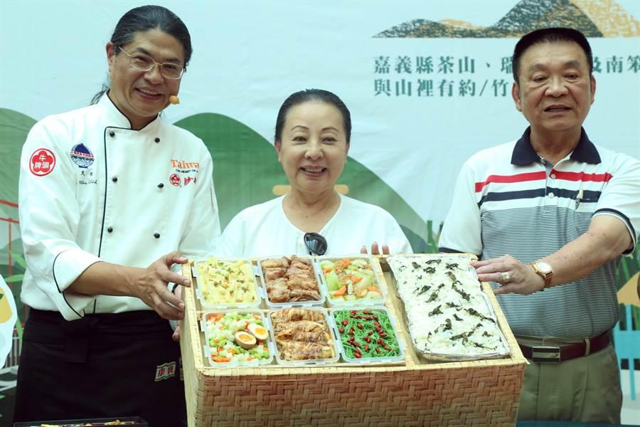 此次「找茶飯包」更特別邀請稻江管理學院餐飲系老師吳文智(左),運用休閒農業區內的食材,設計6道特色料理加茶香飯。(張亦惠攝)