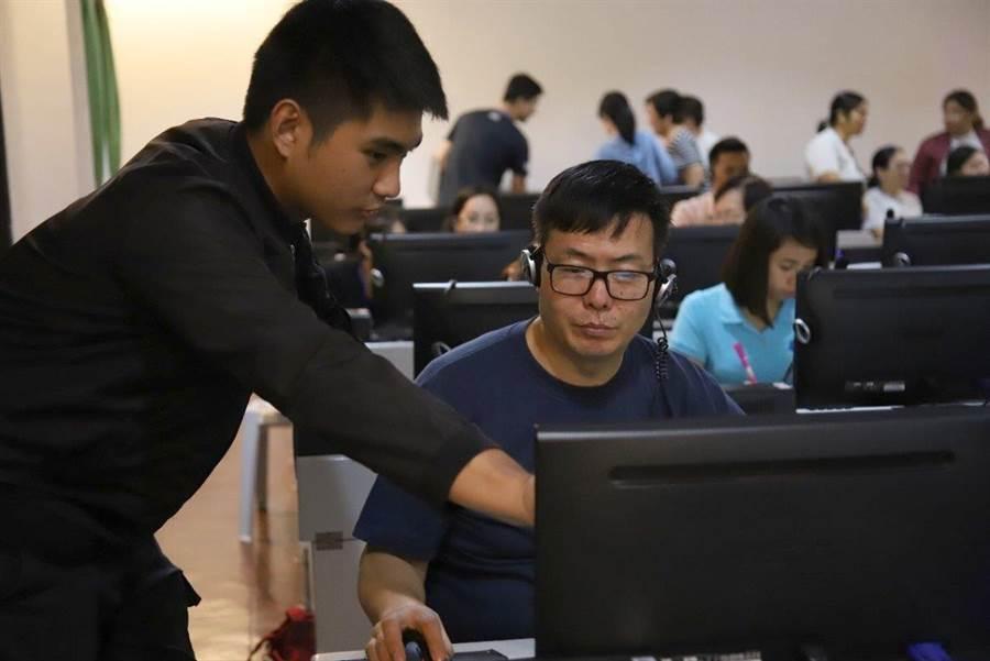 義大學生透過新南向學海築夢計畫,到菲律賓協助教師製作數位教材。(圖:義守大學提供)