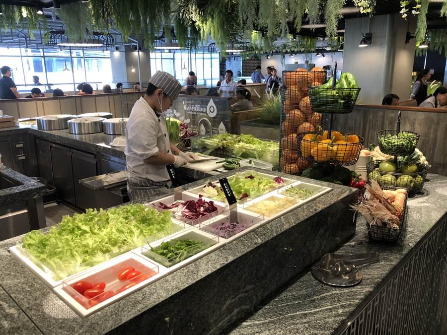 果然匯在空間設計上以「北歐溫室花園」為概念,綠化的餐飲空間,彷彿花園裡面用餐。(蔡依珍攝)