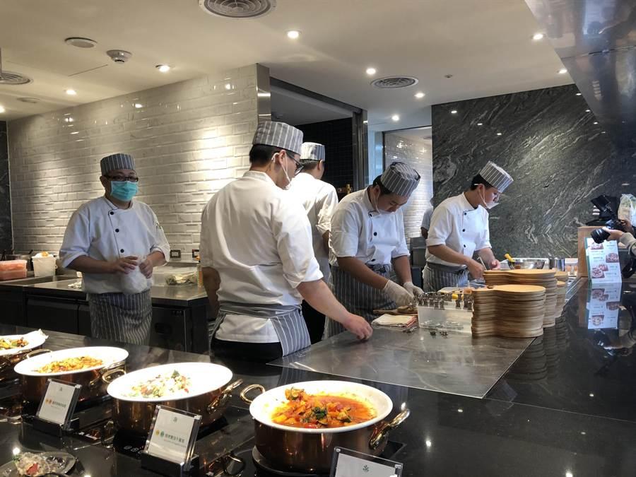 大膽的擴大開放式廚房,不怕消費者對食安的檢驗。(蔡依珍攝)