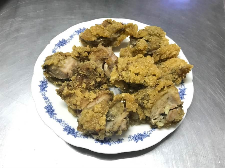 萬里小店自製的雞腿飯,每到用餐時間就會吸引不少民眾前來購買。(宋原彰攝)