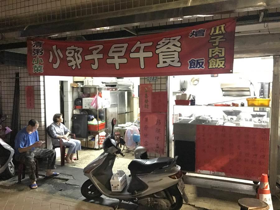 由郭老闆和母親一同創辦的便當店,位在萬里市區的馬路邊,目前正逐漸累積客源。(宋原彰攝)
