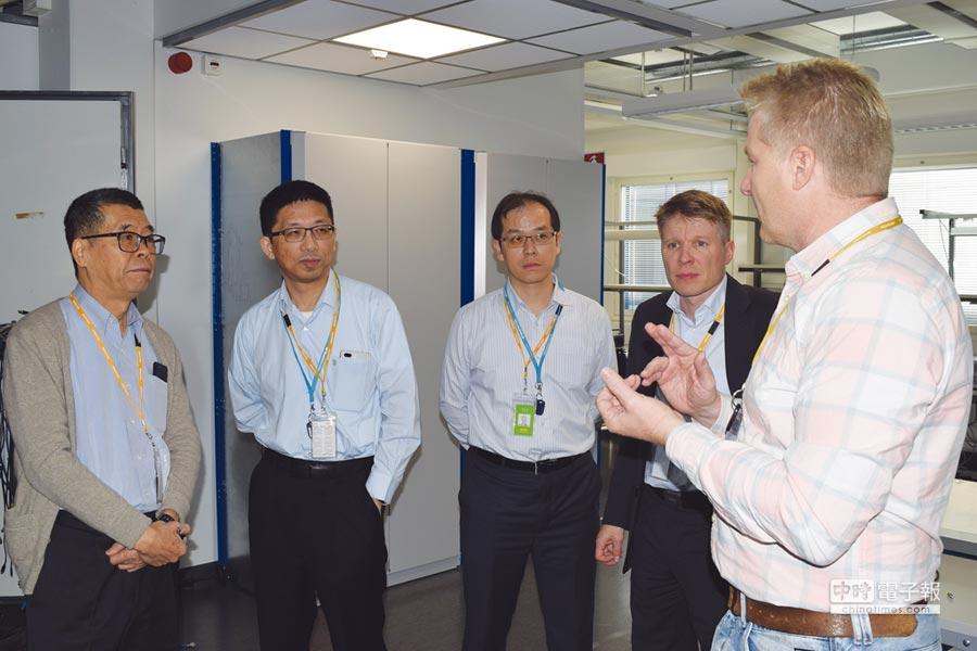 蔡明介拚5G  聯發科董事長蔡明介(左一)等人赴海外研發中心了解5G研發概況。圖/業者提供