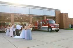 婚禮進行一半...消防員新郎脫禮服趕去救火
