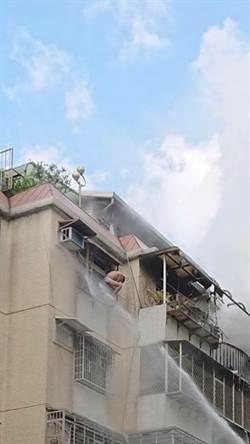 士林舊公寓火警  21歲男僅著內褲困陽台求救