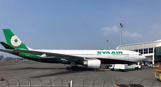 一架長榮航空BR237班機3日上午在飛往雅加達的途中,因為機上一名印尼籍旅客身體不識,緊急降落在高雄機場。(林瑞益翻攝)