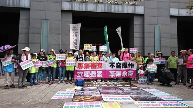 環團人士動員數十人,中午過後就到環保署前抗議。(廖德修攝)