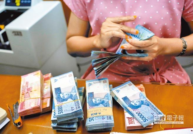 新興市場金融未爆彈令人憂心,外資推估印尼盾下探15200元對1美元。(路透)
