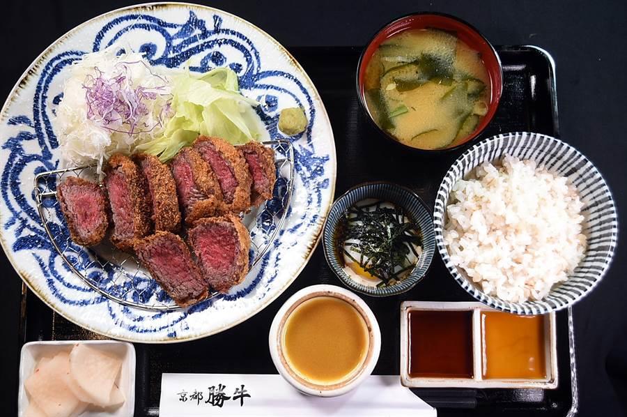 〈京都勝牛〉的炸牛排套餐,除主餐炸牛排外,配菜有漬菜、沙拉、溫泉蛋、味噌湯,以及越光米麥飯。(圖/姚舜)