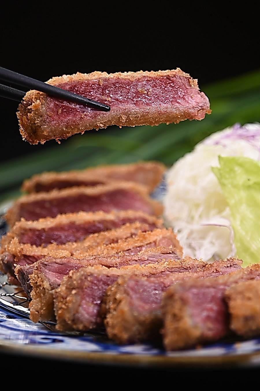 〈元祖炸牛排〉是〈京都勝牛〉的招牌菜式,吃食時可搭配芥末再沾上和風鰹魚露。(圖/姚舜)