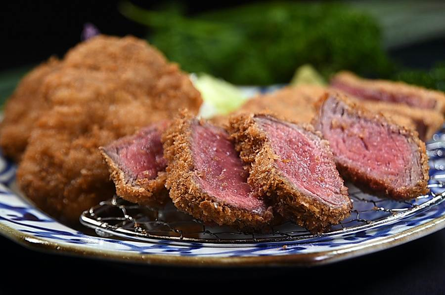 〈京都勝牛三味〉是由炸翼板、厚切菲力,以及薄切牛醬等3款不同的炸牛排共陳,牛肉控可以一次享受3種不同口感,每份480元。(圖/姚舜)