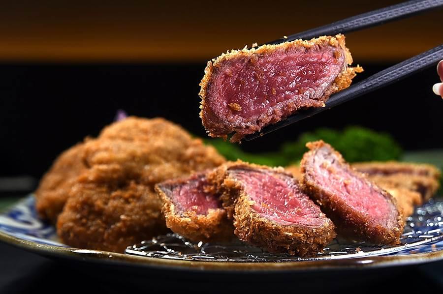 〈厚切菲力炸牛排〉的肉色鮮紅、肉質軟嫩。(圖/姚舜)