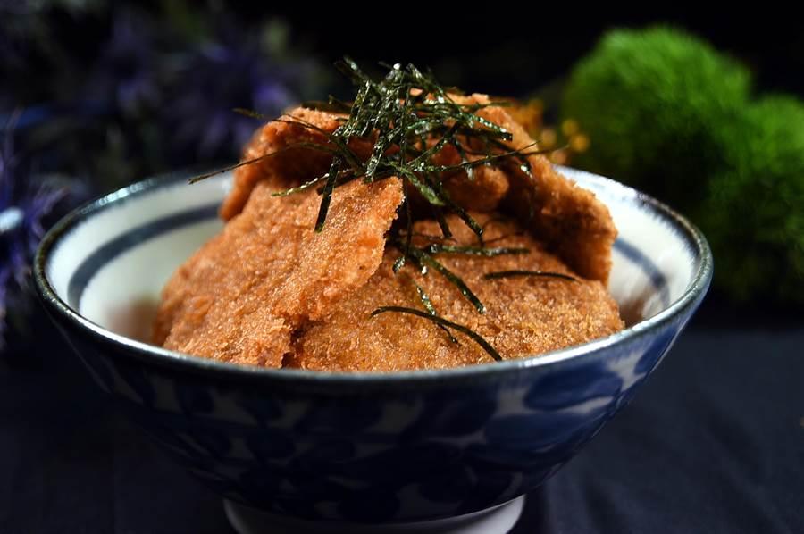 〈和式牛醬丼〉是將菲力部位打薄後裹麵衣快炸,出菜時再淋上用味醂與醬油特調的醬汁,口感與味道皆頗討喜。(圖/姚舜)