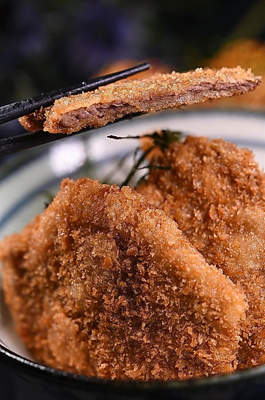 〈和式牛醬丼〉是將菲力部位打薄後裹麵衣快炸,出菜時再淋上用味醂與醬油特調的醬汁,因為薄,油脂少的菲力吃來口感不錯。(圖/姚舜)