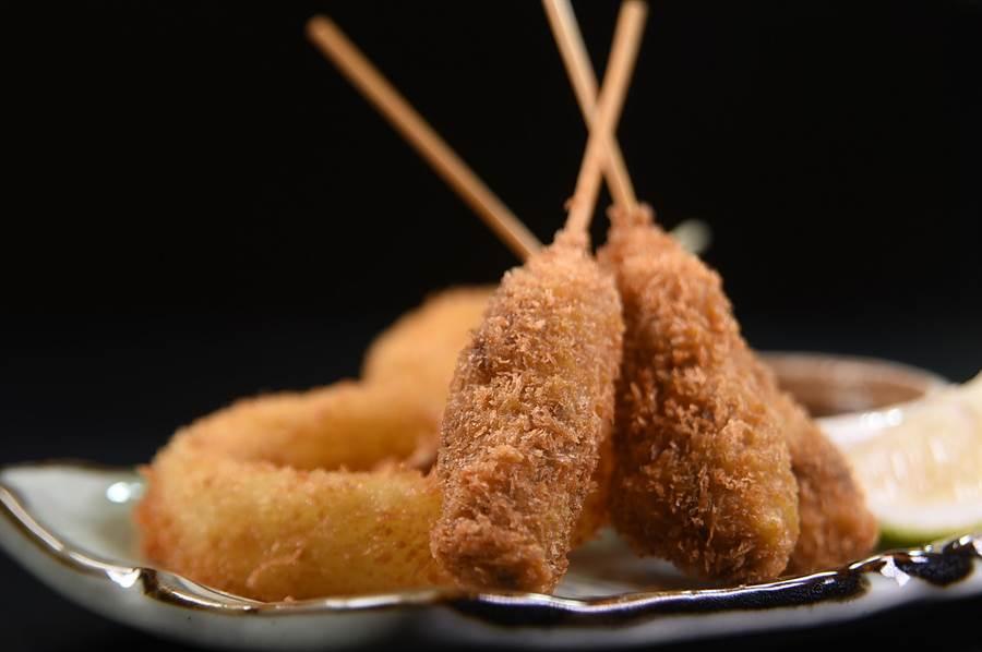 〈日式牛排炸串〉內有炸大洋蔥圈,以及3支串炸牛肉塊,每份100元、價位很 庶民。(圖/姚舜)