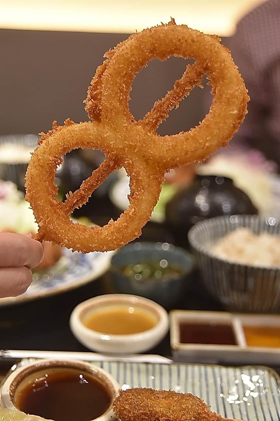 〈京都勝牛〉的炸洋蔥圈很「大版」,厚厚胖胖的吃 來過癮。(圖/姚舜)