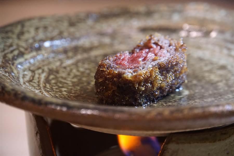 除了各式炸牛排外,台灣〈京都勝牛〉首店並提供陶盤與小爐,讓食客享受自己動手「煎炸牛排」的樂趣。(圖/姚舜)