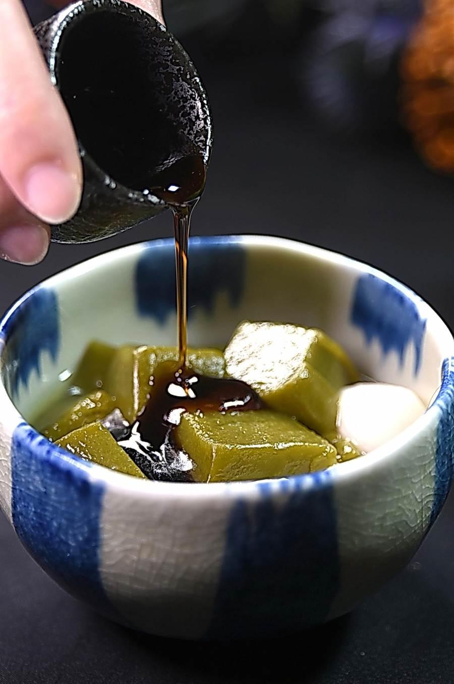 〈京都勝牛〉的甜點〈和風蜜團子〉,以黑糖蜜提味。(圖/姚舜)