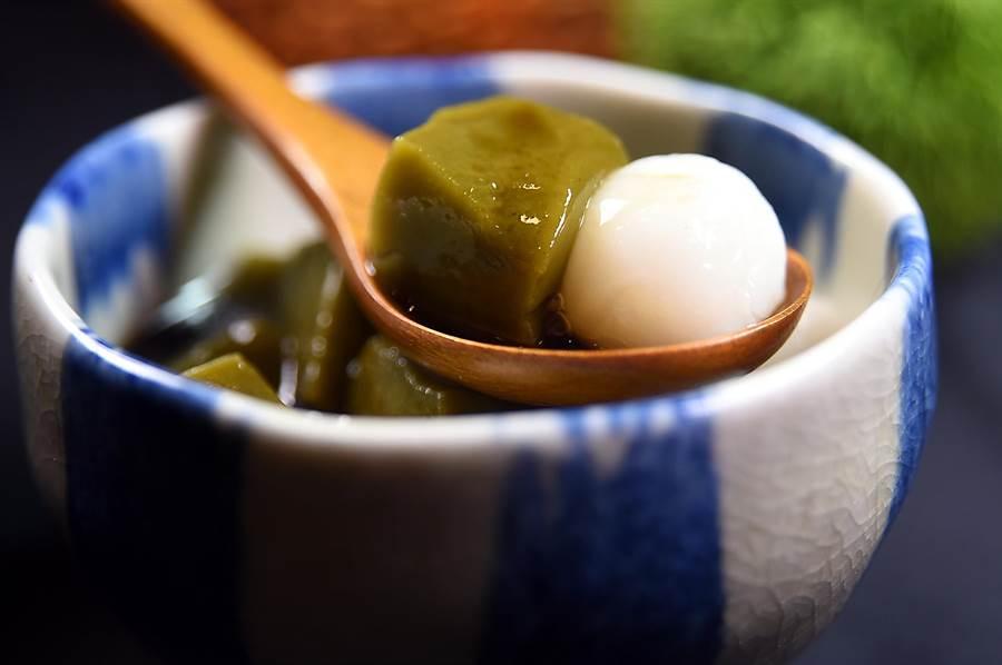 〈京都勝牛〉的甜點〈和風蜜團子〉,湯圓是從日本直接進口,非常講究。(圖/姚舜)