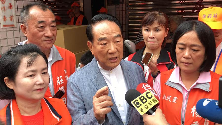 台北市長柯文哲遭《屠殺》作者指控仲介器官移植,親民黨主席宋楚瑜對此表示「旅行社、航空公司也都是仲介,要不要都移送法辦?」。(張穎齊攝)