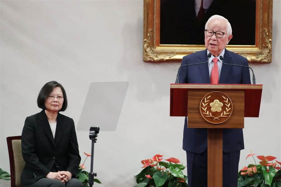 2018亞太經合會(APEC)經濟領袖會議將在11月12日到18日於巴布亞紐幾內亞登場,總統蔡英文(左)3日在總統府召開記者會宣布,由台積電創辦人張忠謀(右)擔任今年的APEC領袖代表。中央社記者吳翊寧攝 107年10月3日