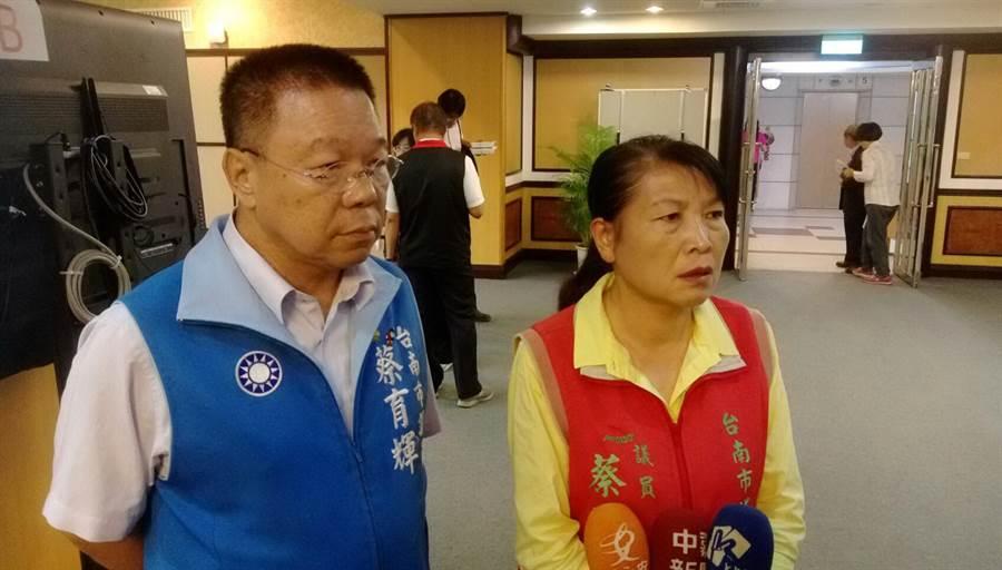台南市議員蔡秋蘭(右)因議長選舉沒亮票遭民進黨開除黨籍,二審翻案成功。(中時資料照)