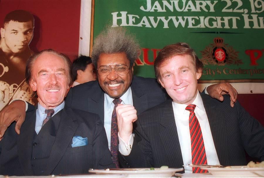 紐約時報發現,川普的父親佛雷德(左)為了逃稅,以子女的名義成立空頭公司,把資產轉移出去,川普在年幼時就已經有百萬元的財富。(圖/美聯社)