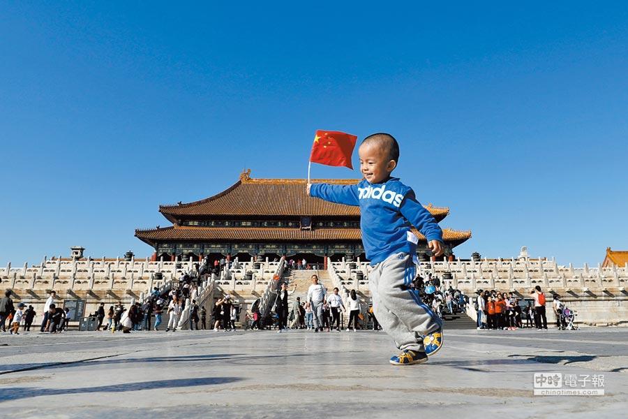 國慶假期北京故宮採取每日限流8萬人次的措施,但遊人熱情不減。(中新社)