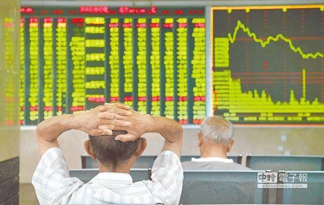 大陸股市滬深300指數今年以來不斷下跌。(中新社資料照片)