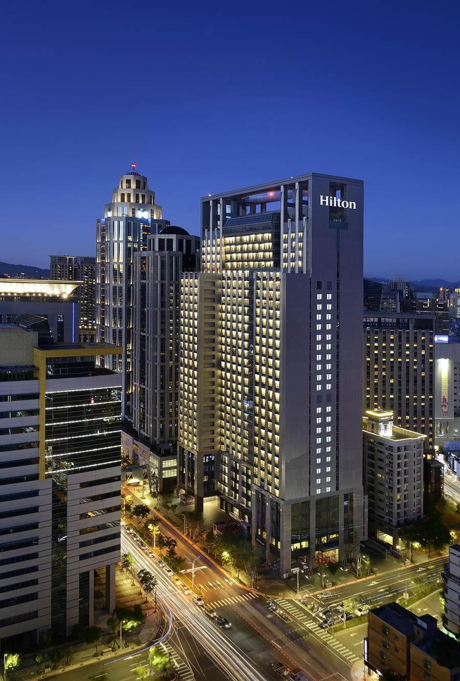 位在新北市新板特區的〈台北新板希爾頓酒店〉,樓高31層、有400間客房。(圖/台北新板希爾頓酒店)