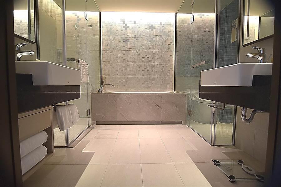 客房衛浴設有「雙洗臉檯」,讓2位客人可以同時洗臉化妝,是〈台北新板希爾頓酒店〉的巧思。(圖/姚舜)