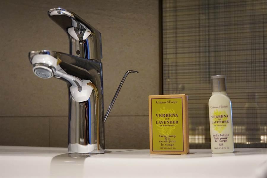 〈台北新板希爾頓酒店〉客房備品採用的是英國著名香氛品牌〈瑰栢翠〉(Crabtree & Evelyn),相當高檔。(圖/姚舜)