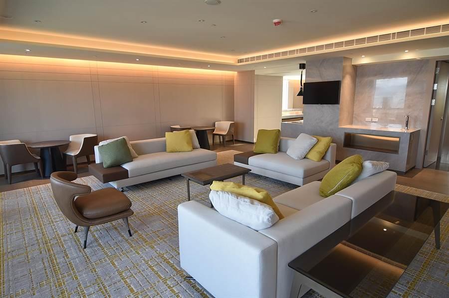 台北新板希爾頓酒店27樓以上為行政樓層,下榻此樓層客房的客人有獨立的餐飲與會客空間使用。(圖/姚舜)