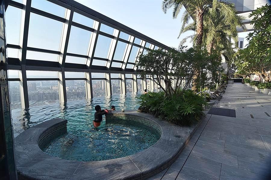 台北新板希爾頓酒店頂樓設有露天無邊際泳池,這裡擁有絕佳景觀視野。(圖/姚舜)