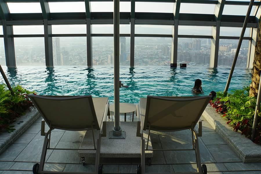台北新板希爾頓酒店頂樓設有露天無邊際泳池與空中花園,擁有絕佳景觀視野。(圖/姚舜)